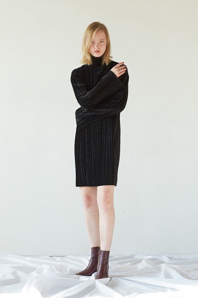 VELVET PLEATS DRESS - BLACK