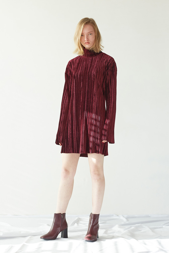 VELVET PLEATS DRESS - WINE